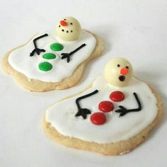 I can& decide if these melted snowman Chritmas cookies are too cute or cruel. Decorate your cookies with white icing. Christmas Food Treats, Christmas Goodies, Holiday Treats, Holiday Recipes, Christmas Deserts, Christmas Cakes, Holiday Foods, Christmas Recipes, Holiday Baking