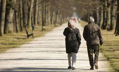 Los expertos recomiendan hacer ejercicio físico de forma regular. Un simple paseo de media hora cada día puede suponer un gran cambio en el organismo.