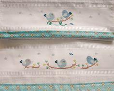 Jogo de banho bordado manualmente em ponto de cruz. <br>Barrado em tecido 100% algodão. <br> <br>*A estampa do barrado é meramente ilustrativa, consulte sobre opções disponíveis na hora da compra.
