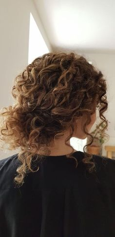 This year curly natural hair reigns supreme. Bridal curly hair updo by ossahair. This year curly natural hair reigns supreme. Bridal curly hair updo by ossahair. This year curly natural hair reigns supreme. Bridal curly hair updo by ossahair. Cute Curly Hairstyles, Long Face Hairstyles, Hairstyles Over 50, Wedding Hairstyles For Curly Hair, Gray Hairstyles, Short Haircuts, Wedding Curls, Stacked Haircuts, 1950s Hairstyles