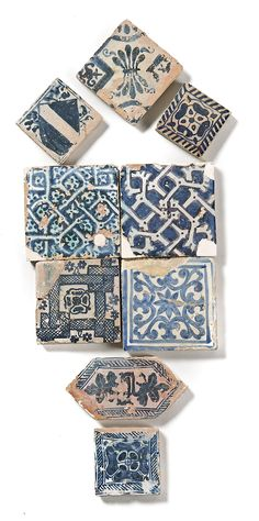 Juegos de cuatro, ocho, tres y cuatro (individuales) azulejos y un alfardón valencianos y de Manises, de los siglos XV y XVI