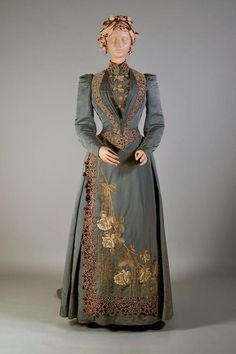 Fripperies and Fobs Day dress ca. 1890 From the Kent State University Museum o 1890s Fashion, Edwardian Fashion, Vintage Fashion, Steampunk Fashion, Edwardian Era, Vintage Gowns, Mode Vintage, Vintage Outfits, Vintage Hats