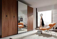 Amplio armario con 4 puertas y espejo Divider, Furniture, Home Decor, Ideas, Perfect Wardrobe, Closets, Doors, Decoration Home, Room Decor