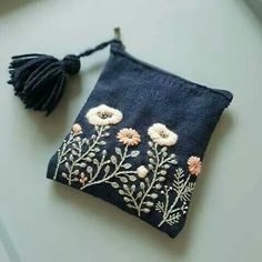 ✂️✂️✂️ Small wallet with hand-sewn embroidery . - handicrafts simple - ✂️✂️✂️ Small wallet with hand-sewn embroidery …… - Embroidery Bags, Hand Embroidery Stitches, Cross Stitch Embroidery, Embroidery Patterns, Bag Patterns, Embroidery On Denim, Embroidery Fashion, Floral Embroidery, Diy Broderie