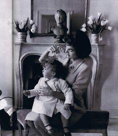 La señora Jacqueline Kennedy tiende a su hija Caroline de rizos rubios en Georgetown casa de la familia ~ 1959Awww, Caroline parece un querubín aquí! # # adorables JacksGirls
