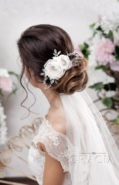Lovely Hair Flowers for Dreamy and Subtle Wedding Appearance  #topgraciawedding #hairflowers #wedding #bridalhair