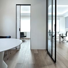 Vela is a design with exceptionally innovative characteristics: the door can open both ways, that is, it can be opened in the same way from both sides. This is because it is located in the centre of the jamb and the hinges are located on the bottom and to