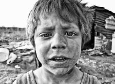 Portrait photography of a crying gypsy child living on a dump Lee Jeffries, Crying, Gypsy, Portrait Photography, Most Beautiful, Street Art, Black And White, Children, Young Children