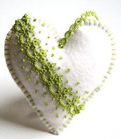 Feutre en laine de mérinos 100 % blanc deux coeurs orné de dentelle de fil de coton vert pomme et perles de rocaille vert pomme. Bourgeons lavande encapsulées dans chacune pour rafraîchir un tiroir spécial ou à accrocher dans votre placard. Vous recevrez les deux cœurs.  Coeurs mesurent 4 pouces par 4 pouces et 3 1/2 par 3 1/2 pouces. Chaque coeur a un cintre de dentelle qui mesure 3 pouces de long.  Créé spécialement pour vous avec la plus grande attention aux détails
