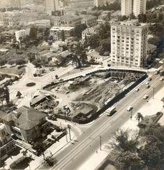 Início da construção do MASP em 1955 onde se vê o edifício Dumont Adam ao lado.