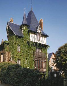 Maison avec tourelles  Adresse : Place Carnot, Romainville, France  Datation XIXe siècle    Le paysage urbain de Romainville n'est pas seulement constitué d'habitations à caractère social.