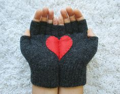 Handful of Heart, Fingerless Dark Grey Gloves with Red Felt Heart from yastikizi on Etsy. Valentines Day Photos, My Funny Valentine, Valentine Day Gifts, Valentine Special, Brave, Red Felt, Christmas Knitting, Braveheart, Tights