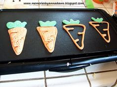 Carrot and bunny shaped pancakes. Make outline first then fill in Carrot and bunny shaped pancakes. Holiday Snacks, Holiday Fun, Pancake Art, Pancake Ideas, Food Art For Kids, Breakfast For Kids, Breakfast Pancakes, Breakfast Ideas, Easter Treats