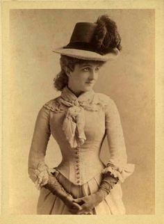 Old photo of Yvette Guilbert, French cabaret singer and actress of the Belle Époque 1865-1944, according to Wikipedia.