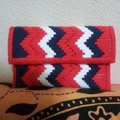 . Crochet Clutch, Crochet Fabric, Fabric Yarn, Crochet Purses, Crochet Patterns, Plastic Canvas Stitches, Plastic Canvas Patterns, Embroidery Stitches Tutorial, Diy Handbag