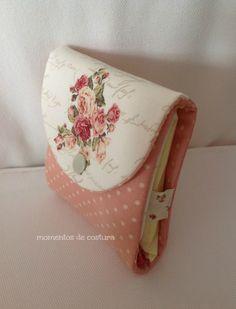 Un pequeño estuche para el bolso donde guardar compresas y tampones:               Se hace en un momento y puede ser otro detalle para reg...