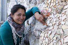 Nombre del proyecto: Mural de mosaico de Coya. Gracias al talento de 12 mujeres que dominan la técnica del mosaico, Coya cuenta con un colorido mural que da vida e identidad a la localidad. Una obra de arte público que ha sido un importante aporte para el mejoramiento y embellecimiento de los espacios públicos de Coya. Crochet, Public Art, Artworks, Public Spaces, Urban Art, Identity, Mosaics, Thanks, Life
