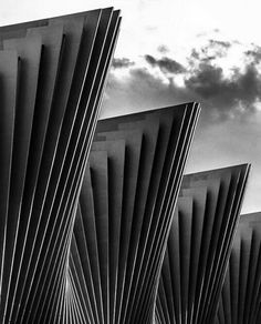 Sempre me informar. Pressiono com a arquitetura do espanhol Santiago Cala trava.  Com suas formas orgânicas., surrealistas e presença visual marcante .