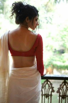 Simplicity will never go out of style. Love this sari! Plain white saree with red full sleeve blouse and simple gold work. Indian Blouse Designs, Blouse Back Neck Designs, Kerala Saree Blouse Designs, Indian Attire, Indian Ethnic Wear, Indian Girls, Indian Style, Indian Dresses, Indian Outfits