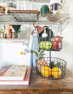 Prateleira de metal ajuda a otimizar espaço e organizar itens de cozinha.