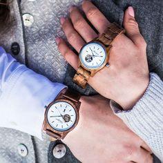 Diese Holzautomatik Uhr ist ein einzigartiges Lieblingsstück, dass aus Walnussholz und mit vielen Raffinessen gefertigt wird. So besitzt sie z.B. ein Saphirglas und lumineszierende Ziffern und Indizes, die im Dunkeln leuchten. Wood Watch, Fashion, Sapphire, Accessories, Light Fixtures, Women's, Wooden Clock, Moda, Fashion Styles
