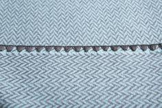 Manta para perros de lana de oveja merino australiana. En espiga, dos opciones de color: naranja y azul. Bordes rematados con un cosido marrón tipo vainica Deco, Tie Clip, Color Naranja, Blankets, Accessories, Grey Colors, Blue Nails, Dog Blanket, Bed Covers