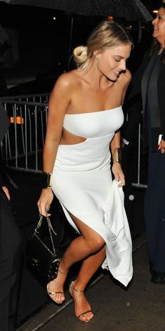 Margot Robbie forwent the standard costume change, instead opting to wear her stunning white strapless dress as she was seen heading into the event's after party at The Standard High Line. Atriz Margot Robbie, Margot Robbie Feet, Margot Robbie Photos, Margot Robbie Style, Margo Robbie, Actress Margot Robbie, Margot Robbie Harley, White Strapless Dress, White Dress