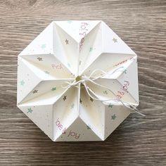 Unschwer zu erkennen ist die Falz, die man nicht braucht... aber ich bin in meinen Prototyp so verliebt... da musste ich ihn schon zeigen. @miaszauberhaftedinge hat mich inspiriert. Später werde ich DSP verwenden, was natürlich wesentlich leichter zu Knicken geht, als Cardstock. #artisandesignteam #happiness #paperlove #papierliebe #origamiart #faltenundknicken #christmas