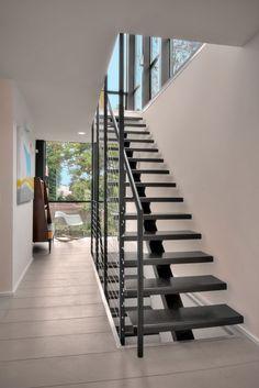 escalier droit à limon central en acier de design moderne