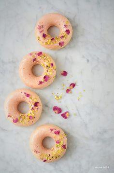 Ciambelline alla rosa, cardamomo e pistacchi