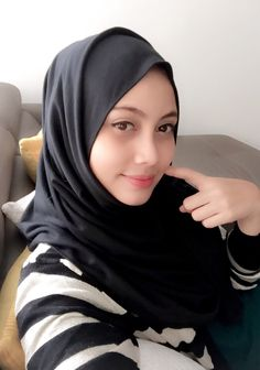 See related links to what you are looking for. Beautiful Muslim Women, Beautiful Hijab, Young And Beautiful, Modern Hijab Fashion, Women's Fashion, Hijab Collection, Muslim Beauty, Hijab Niqab, Indonesian Girls