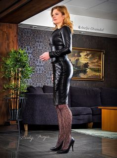 women in leather Leather Trousers Outfit, Leather Dresses, Leather Skirt, Mode Outfits, Sexy Outfits, Fashion Outfits, Tight Dresses, Sexy Dresses, Pantalon Vinyl
