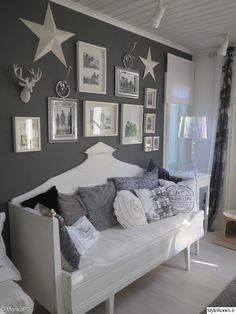 olohuone,kodikas,puusohva,koristetyynyt,pöytälamppu,taulukollaasi,tähti