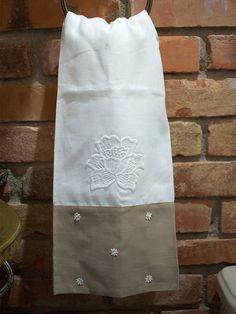 TOALHAS DE LAVABO LINHO <br> <br>A toalha de Linho é finamente customizada com exclusividade pela ESS-TSET, dando ao produto efeito sofisticado e luxuoso. Tenha maior glamour no seu banheiro com as toalhas de linho que são puro luxo. <br> <br>Contém: 1 Toalha Lavabo 32cm x 50cm <br>Gramatura: 140 g/m² <br>Composição: 100% Linho <br>Peso: 45g <br>Cor: Branco e Caqui <br>Detalhes: Aplique de guipir. <br> <br>Produtos feitos sob encomenda. <br>Prazo de 20 dias para fabricação + prazo de…