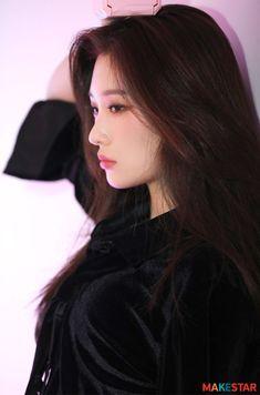 Kim Chungha, Jung Chaeyeon, Cute Korean Girl, Girl Bands, Beautiful Asian Women, Aesthetic Girl, Best Face Products, Models, Ulzzang Girl