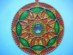 Mandala Móbile em vidro, diâmetro 12cm, técnica pintura vitral impermeabilizada. Decorada com pedras e bolinhas em acrílico, com suporte de nylon e argola segura para pendurar. Embalada em caixa de papelão, protege e é ideal para presente.
