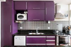 Vem cá ver uma casa que conseguiu incorporar objetos de decoração e móveis de família de uma maneira gostosa e fácil de viver.