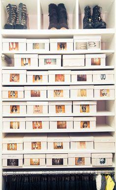 """Zapatos Ordenados en cajas con una foto en el exterior. Seguimos con más zapatos ordenados en cajas. Si ya nos sigues seguro que sabes en que sección lo vamos a clasificar. Efectivamente TOC, trastorno obsesivo compulsivo. La sección que más me gusta, el """"summum"""" del ordenamiento de zapatos, reservada a las maestras del orden. Reconócelo, el sistema es simple, es barato, es fácil, entonces ¿porqué no lo haces tu?."""