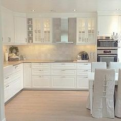 Kitchen Source by Kitchen Room Design, Home Decor Kitchen, New Kitchen, Kitchen Dining, Kitchen Cabinets, Kitchen Ideas, Dining Table, Cuisines Design, White Decor