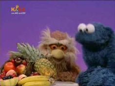 Das Krümelmonster singt über Obst und Kekse