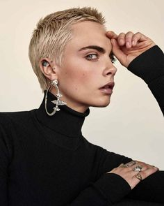 Model and actress Cara Delevingne lands the September 2017 cover of The Edit from Net-a-Porter. Lensed by Alexandra Nataf, the blonde beauty next to Cara Delevingne Haar, Delevigne Cara, Super Short Hair, Short Hair Cuts, Short Hair Styles, Beauty Editorial, Editorial Fashion, Blonde Beauty, Hair Beauty