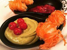 GAMBERI CON SPAGHETTI DI SOIA CROCCANTI, MAIONESE DI AVOCADO E SALSA AL RIBES   #antipasti #starters #food #food&drink #blogger #recipe #recipes #ricette #ricetta #ricettedipesce #ricettedicarne #fingerfood #baccalà #pesce #ideefinger #fingerdipesce