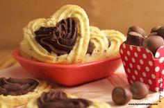 Frollini montati a due gusti. Biscotti con impasto bianco alle nocciole e impasto al cacao. Biscotti da thè o per la colazione