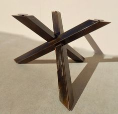 Ce pied de table est une belle addition à n'importe quel décor. Construit dans le même style que sa sœur design avec quatre jambes, c'est une œuvre d'art fonctionnel. Excellent pour n'importe quel réglage de la maison ou au bureau. Dimensions : 42 x 42 x 29 Réalisée en tube acier carré 4 x 4, tourné sur un angle, chaque pièce semble traverser l'autre. Présentée dans une patine acier huilée et une patine gun métal. Pattes sont inclus, comme sont réglables en verre, le dessus n'est pas. Peu...