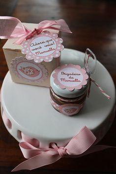 A lembrancinha de brigadeiro de colher dentro de uma charmosa caixa, envolvida com fita e tag de agradecimento. Muito legal para aniversário infantil ou para chá de bebê!