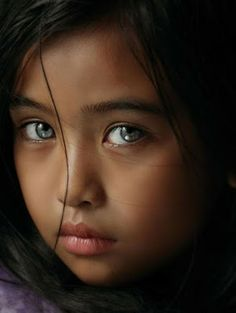 Photography girl portrait faces beautiful children ideas for 2019 Pretty Eyes, Cool Eyes, Beautiful Eyes, Beautiful People, Sad Eyes, Precious Children, Beautiful Children, Beautiful Babies, Light Eyes