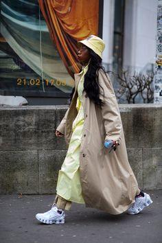 Paris street styles 72902087706255516 - The Street-Style Crowd Was All About Orange on Day 3 of Paris Fashion Week – Fashionista Source by Emilymarycrazy Fashion Week, Paris Fashion, Spring Fashion, Sneakers Street Style, Sneakers Fashion, Sneaker Street, Autumn Street Style, Street Style Looks, Style Snaps