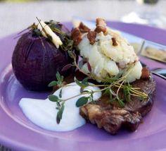 BBQ-marinerad entrecote med bakade rödlökar och timjansmör   COOKED