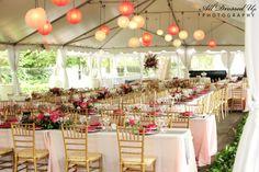 Salón de boda con lámparas de papel