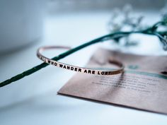 PA026355mantrabandbraceletnotallwhowanderarelost.jpgmantraband, käsikoru, bracelet, koru, korut, jewelry, inspiration, fashion, muoti, ostokset, shopping, usa, gift, lahja, ruusukulta, rose gold, not all who wander are lost, lause, phrase, simple, beautiful, positive message, mantra, matka, travel, journey, viesti, message,